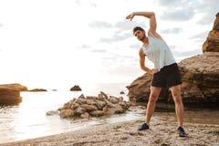 I giovani sport bei equipaggiano fare l'allungamento prima del funzionamento Fotografia Stock