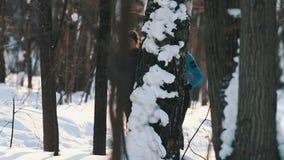 I giovani sport coppia pareggiare in legno alla bella luce solare Inverno video d archivio