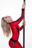 I giovani sport rossi di uso di donna del ballerino del palo durano Fotografie Stock Libere da Diritti