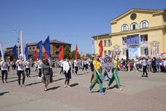 I giovani sportivi della città mette in mostra le scuole Celebrazione primo maggio, il giorno della molla e del lavoro Parata di  Immagini Stock Libere da Diritti