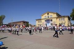 I giovani sportivi della città mette in mostra le scuole Celebrazione primo maggio, il giorno della molla e del lavoro Parata di  Fotografia Stock Libera da Diritti