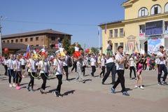 I giovani sportivi della città mette in mostra le scuole Celebrazione primo maggio, il giorno della molla e del lavoro Parata di  Fotografie Stock