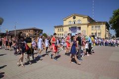 I giovani sportivi della città mette in mostra le scuole Celebrazione primo maggio, il giorno della molla e del lavoro Parata di  Fotografia Stock