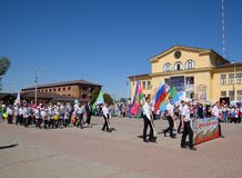 I giovani sportivi della città mette in mostra le scuole Celebrazione primo maggio, il giorno della molla e del lavoro Parata di  Fotografie Stock Libere da Diritti