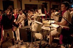 I giovani stanno avendo divertimento con la banda rock a di musica Immagine Stock Libera da Diritti