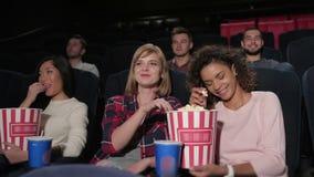 I giovani stanno guardando molto attentamente un film video d archivio
