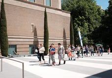 I giovani studenti arrivano a Portland Art Museum Fotografia Stock