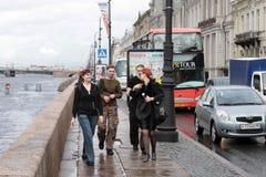 I giovani tipi e ragazze sulla riva del fiume di Neva a St Petersburg Fotografia Stock