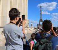 I giovani turisti prendono le immagini della torre Eiffel a Parigi Francia per immagine stock libera da diritti