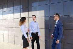 I giovani uomini d'affari attraenti degli adulti, studenti si sono trovati e discutono Immagini Stock Libere da Diritti