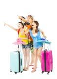 I giovani viaggiatori con zaino e sacco a pelo sollevano fortunatamente le mani per indicare la direzione immagini stock