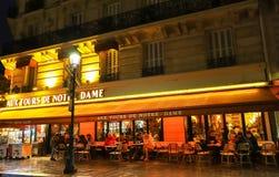 I giri aus. il de Notre Dame è un caffè parigino tipico situato vicino alla cattedrale di Notre Dame a Parigi, Francia immagini stock