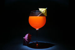 I giri di tempo o della lampadina del cocktail con gli ombrelli nel nero di passo si sono illuminati con una piccola torcia elettr immagini stock libere da diritti