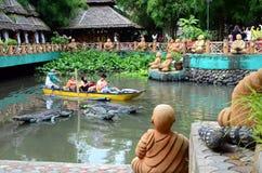I giri liberi della barca è offerto in un parco a tema acquatico asiatico della giungla per attirare il turismo fotografia stock libera da diritti