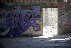 I graffiti hanno coperto bassifondi Fotografie Stock