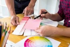 I grafici scelgono i toni rosa dalle bande di colore per progettare le idee, progettazioni creative, grafici fotografie stock