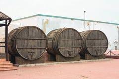 I grandi, barili di legno della quercia per produzione vinicola nella fabbrica del vino nella regione di Taman Krasnodar di Russi Fotografie Stock