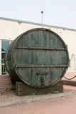 I grandi, barili di legno della quercia per produzione vinicola nella fabbrica del vino nella regione di Taman Krasnodar di Russi Immagini Stock