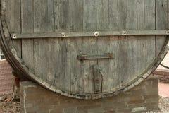 I grandi, barili di legno della quercia per produzione vinicola nella fabbrica del vino nella regione di Taman Krasnodar di Russi Fotografia Stock Libera da Diritti