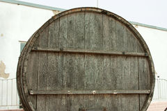 I grandi, barili di legno della quercia per produzione vinicola nella fabbrica del vino nella regione di Taman Krasnodar di Russi Fotografie Stock Libere da Diritti
