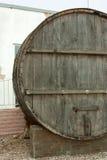 I grandi, barili di legno della quercia per produzione vinicola nella fabbrica del vino nella regione di Taman Krasnodar di Russi Immagini Stock Libere da Diritti