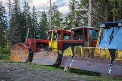 I grandi bulldozer con i secchi d'aratura stanno in una fila Fotografia Stock Libera da Diritti