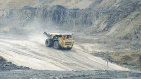 I grandi camion portano il carbone video d archivio