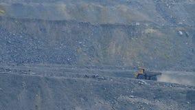 I grandi camion portano il carbone archivi video