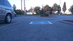 I grandi colori sono indicati in questo parcheggio vuoto Immagine Stock