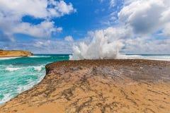I grandi frangiflutti su una roccia con l'esplosione come spruzza Immagine Stock