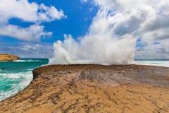 I grandi frangiflutti su una roccia con l'esplosione come spruzza Fotografia Stock Libera da Diritti