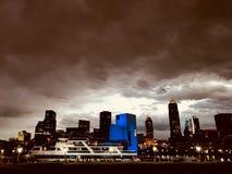 I GRANDI LAGHI - il Goodtime III e Cleveland, Ohio al crepuscolo - CLEVELAND fotografie stock