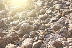 I grandi massi delle pietre del giro si trovano sulla spiaggia, sul mare, agains fotografia stock libera da diritti
