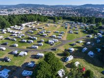 I grandi punti per i caravan, i campeggiatori e le tende sono nel campo Ekeberg della città a Oslo, Norvegia Vista aerea, sopra i immagine stock