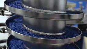 I granelli rotondi blu alzano il trasportatore di vite di vibrazione stock footage