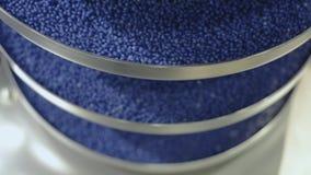 I granelli rotondi blu alzano il trasportatore di vite di vibrazione archivi video