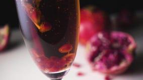 I grani del granato cadono in champagne Mo lento archivi video