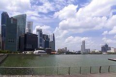 I grattacieli di Singapore si avvicinano al fiume Immagini Stock Libere da Diritti