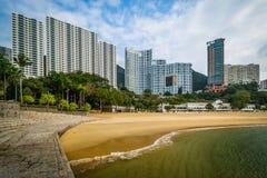I grattacieli e la spiaggia al rifiuto abbaiano, in Hong Kong, Hong Kong Immagine Stock Libera da Diritti
