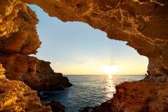 In i grottan Arkivbilder