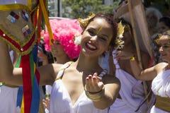 I gruppi di Rio Carnival hanno sfoggiato attraverso la città ed avvertono circa i rischi del virus di Zika Fotografie Stock