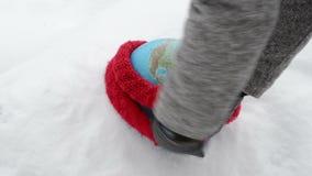 I guanti della mano hanno messo la neve rossa dell'inverno della sfera del globo della terra della sciarpa video d archivio