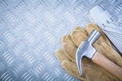 I guanti della sicurezza del cuoio del martello da carpentiere blueprints su metallo scanalato in lei Fotografia Stock Libera da Diritti