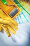 I guanti della sicurezza del vassoio del rullo di pittura colorano il campionatore su backgroun bianco fotografia stock libera da diritti