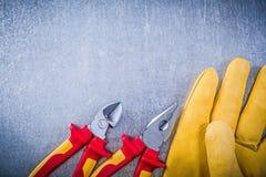 I guanti gialli della sicurezza metal il concep dell'elettricità del tagliafili delle pinze Fotografia Stock