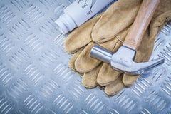 I guanti protettivi del cuoio del martello da carpentiere blueprints su meta scanalato Fotografie Stock Libere da Diritti