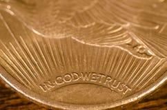 I gud litar på vi (ord) på det guld- myntet St Gaudens för USA royaltyfria foton
