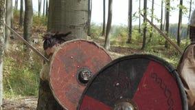 I guerrieri medievali di Vichingo stanno combattendo durante l'attacco Primo piano archivi video