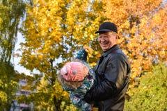 I höstfarfar och sondotter Royaltyfri Foto