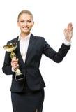 I halvfigur stående av affärskvinnan som håller den guld- koppen royaltyfri fotografi
